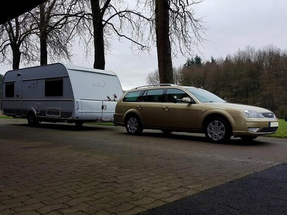 V6 mit Wohnwagen